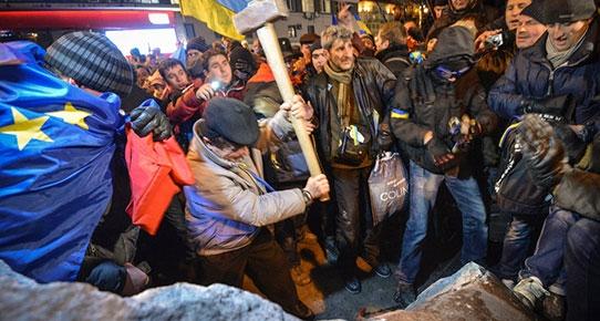 Kiev'de Lenin heykelinin parçalanması