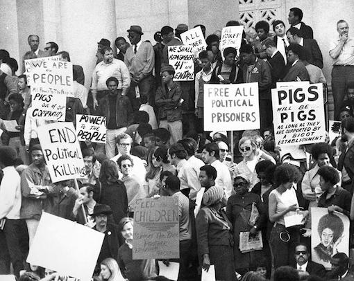 Los Angeles Polis Departmanı SWAT timinin Kara Panter Partisinin Güney Kaliforniya Bölümünün 41.Cadde ve Merkez Meydanındaki üslerine 11 aralık 1969'da yaptığı  illegal saldırıdan 3 gün sonra adalet sarayında toplanan binlerce insan (Los Angeles Herald Examiner gazetesi)
