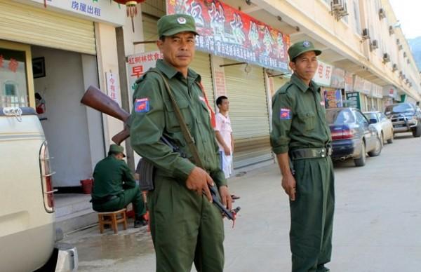 Etnik Kokang askerleri Shan eyaletinde ıssız bir pazarın dışında duruyorlar