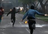 Şili'li öğrenciler 16 Nisan 2015 tarihinde başkent Santiago'da daha iyi bir kamusal eğitim talebiyle gösteri düzenledi, çevik kuvvet polisi ile çatıştı