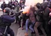 Polis, protestocu öğrencilere saldırıyor. 24 Mart, Montreal, Quebec