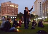 Mayıs 25 Pazar günü Oakland, Kaliforniya'da Frank Ogawa Plaza protestocularından Angela Wellman konuşuyor. Protestocular, sokağa çıkma yasağına karşı düzenlenen protesto mitingi için bir araya geldiler. Fotoğraf: James Tensuan