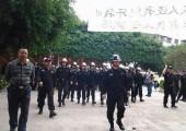 Polis işçilere müdehale etmek için Cuiheng fabrikasına giriyor
