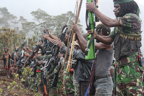 Ayrılıkçı grubun kalesi Lanny, Jaya bölgesindeki Özgür Papua Hareketi (OPM) silahlı savaşçıları, Cuma günü Endonezya güvenlik güçlerine ve Papua'lı olmayan sivillere karşı 'topyekün savaş' ilan etti. (Jakarta Globe - Fotoğraf / Banjir Ambarita)