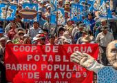 2010'da Su savaşlarının onuncu yıldonümünde Cochabamba'da yürüyüş  (Mona Caron).