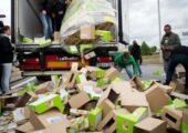 Çiftçiler, batı Fransa tarafından taşınan Laval kamyonundaki gıda paketlerni boşaltıyor. | Fotoğraf: AFP