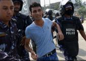 16 Ağustos 2015 tarihinde Katmandu'da Nepal polisi tarafından yeni anayasa taslağını protesto eden bir eylemci gözaltına alınıyor / Fotoğraf: AFP / Prakash Mathema