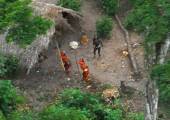 2008 yılında havadan fotoğrafı çekilen hala ilişki kurulamayan Brezilya yerlilerin uçağa tepkileri