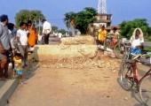 Pazartesi günü, Rautahat içindeki Jhanja Köprüsü, Gaur-Chandranigahapur boyunca yol kesen yerliler