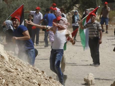 Filistinliler Beytüllahim yakınlarındaki Beyt Jala'da işgal altındaki Batı Şeria kenti ile İsrail'i ayırmak için yapılan bariyeri ve İsrail rejiminin Filistin topraklarına el koymasını protesto etmek için işgalci İsrail askeri polislerine taş atıyorlar…