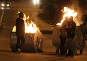 Cumartesi günü meydana gelen çatışmalarda en az 24 sivil ve 15 polis memuru yaralandı. | Fotoğraf: Reuters