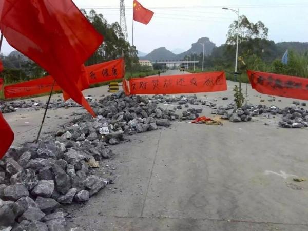 Cuma günü çevredeki yollara barikatlar kuruldu