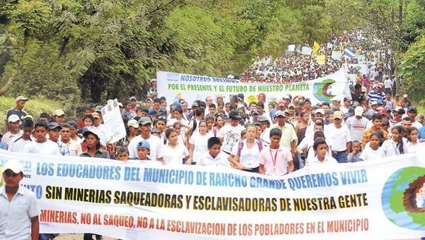 El Rancho sakinlerinin El Pavon madencilik projesine karşı düzenledikleri protesto yürüyüşü. Fotoğraf: Environmental Justice Atlas.