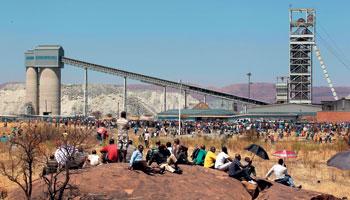 Rustenburg Güney Afrika, İngiliz Lonmin şirketinin platin işletmesi protesto ediliyor.