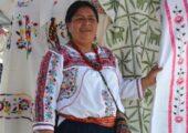 Costanca Garcia Lopez, Oaxacalı yerli bir kadın, aile içi şiddetten kurtulan diğer kadınların yaptıkları el emeği giysilerle görülüyor. | Fotoğraf: EFE