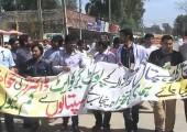Pakistan: Genç Doktorlar Talepleri İçin Yol Kestiler