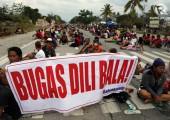 Filipinler: Pirinç İsteyen Çiftçiler Yol Kesti