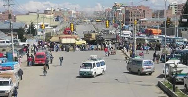 Oruro'ya giden yol üzerinde kurulan bir barikat, Fotoğraf: Miriam Chavez