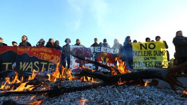 Protestocular uranyum madeninin taşındığı yolda trafiği engelleyerek, Olympic yolunda bir şenlik ateşi yaktılar / Fotoğraf: Tait Schmaal