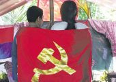 Maymay ve Diane'nin bağlılık yemini ettiği lezbiyen düğününde, altın rengi orak, çekiçli kızıl bir bayrak asıldı ve düğün alayı ağır silahlı gerillalar tarafından korundu; onların aşkı Mindanao'daki Filipinler Komünist Partisi tarafından düzenlenen ilk lezbiyen düğün töreni oldu… Karlos MANLUPIG / Inquirer MINDANAO