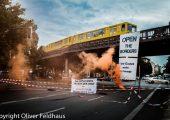 Almanya: Tren Köprüsüne Mültecilerle Dayanışma Pankartı