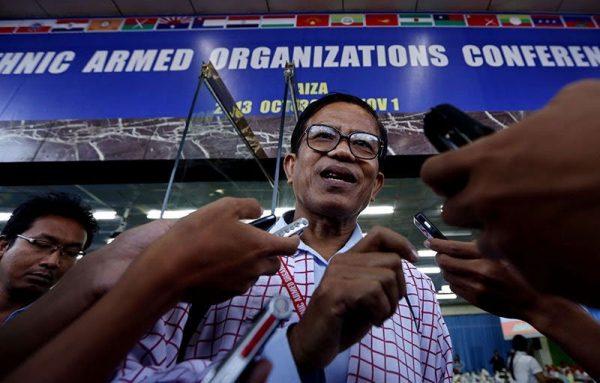 Nai Han Tha (C), Yeni Mon Eyaleti Topluluğu Başkanı (NMSP), Myanmar, Kaçin Eyaleti Laiza'da düzenlenen Etnik Silahlı Örgütler Konferansı'nın ilk günü sonrasında basınla görüşürken, 30 Ekim 2013, Fotoğraf: Nyein Chan Naing / EPA