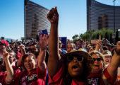 19 Ekim 2016'da göçmen işçiler ve gönüllüler Trump Otel Las Vegas'ın önünde protesto gösterisi düzenlediler. (Foto: Todd Heisler / The New York Times)