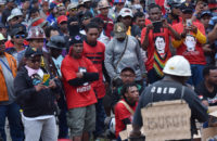 Pekerja PT Freeport dan kontraktor menggelar aksi peringatan Hari Buruh Internasional di Timika, Papua, Senin (1/5). Unjuk rasa yang diikuti ribuan pekerja yang tergabung dalam serikat pekerja Freeport itu sekaligus menandai aksi mogok kerja dari 1-30 Mei, karena belum adanya titik temu dalam perundingan antara manajemen Freeport dan serikat pekerja terkait pemberhentian kerja karyawan. ANTARA FOTO/Wahyu Putro A/kye/17