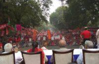 Hindistan: Yüzbin İşçi Hükümet Politikalarını 3 Günlük Oturma Eylemi İle Protesto Etti